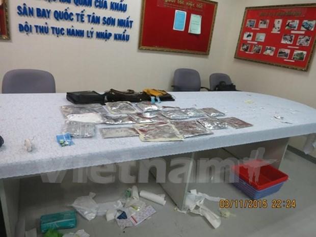 一名外国人携带5.39公斤可卡因赴越在机场被逮捕 hinh anh 1