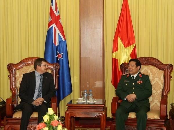 越南国防部长冯光青会见新西兰国防部副秘书长托尼·林奇 hinh anh 1