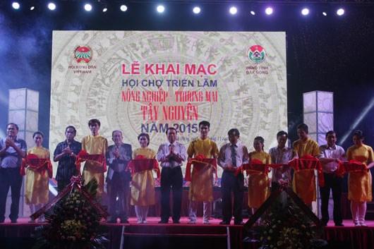 2015年越南西原地区农业与贸易展销会在得农省正式开幕 hinh anh 1