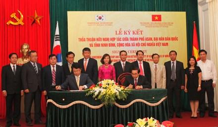 越南宁平省与韩国牙山市签署友好合作协议 hinh anh 1