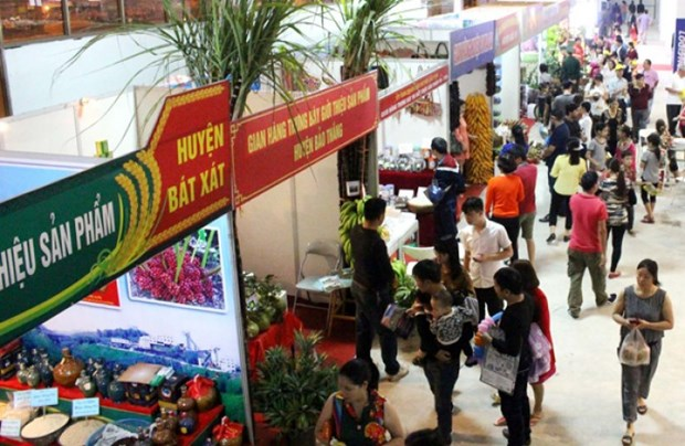 2015年越中国际贸易旅游展销会颇受游客的关注 hinh anh 1