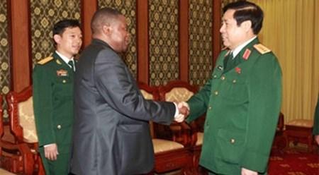 越南国防部长冯光清大将会见南非国防部国务秘书 hinh anh 1