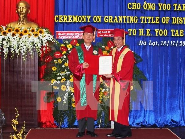 大叻大学授予韩国驻越南前大使柳泰铉名誉教授称号 hinh anh 1
