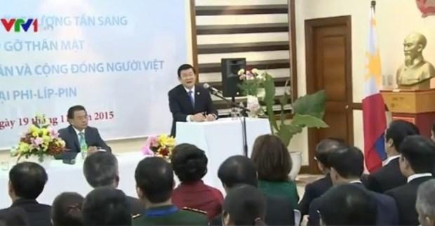 张晋创主席同越南驻菲律宾大使馆干部人员举行亲切交谈 hinh anh 1