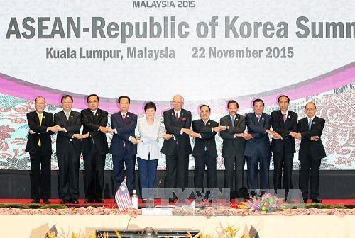 阮晋勇总理出席东盟与日本、东盟与韩国、东盟与联合国领导人峰会 hinh anh 2