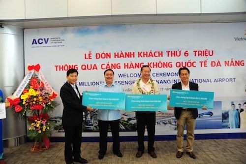 越南岘港国际航空港迎来第600万名游客 hinh anh 1