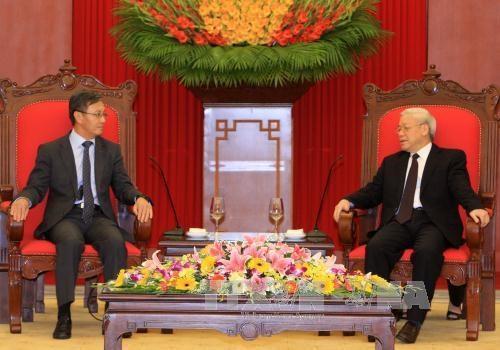 越共中央总书记阮富仲会见老挝新任驻越南大使 hinh anh 1