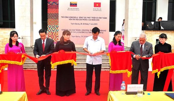委内瑞拉手工艺品展在越南宣光省举行 hinh anh 1