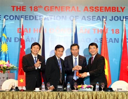越南接任2015-2017年任期东盟新闻从业员联盟主席和秘书长一职 hinh anh 1