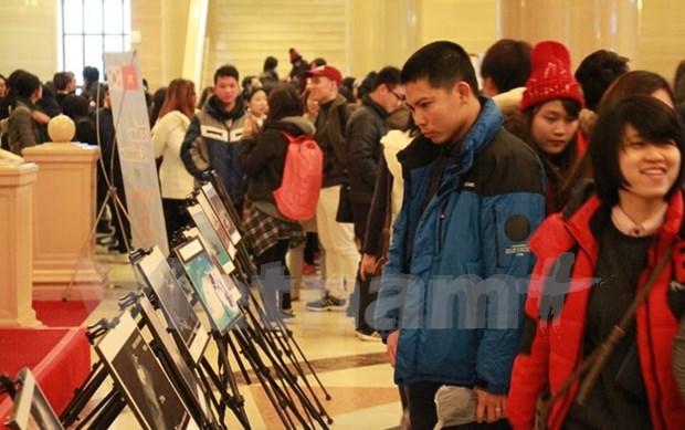 有关中国在东海非法建设人工岛的图片展在韩国举行 hinh anh 1