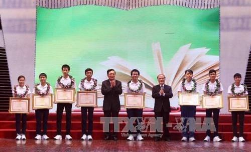 越南国会主席阮生雄出席2015年优秀学生表彰大会 hinh anh 1