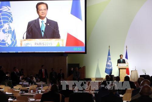 越南政府总理阮晋勇与法国总理曼努埃尔·瓦尔斯举行会谈 hinh anh 1