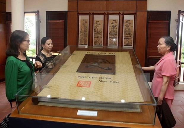 纪念阮攸大诗豪诞辰250周年:河静省举行文学遗产及《翘传》资料展 hinh anh 1