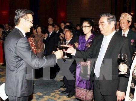 老挝党、国家领导会见越南高级代表团 hinh anh 1