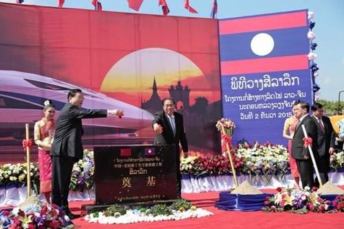 老挝中国铁路老挝境内铁路项目动工仪式在万象举行 hinh anh 1