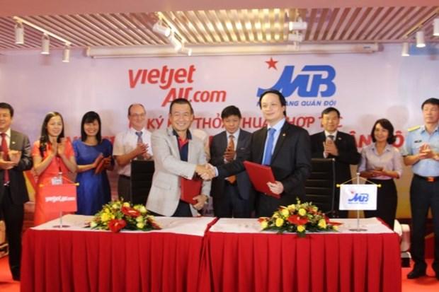 越捷航空公司与越南军队商业股份银行签署合作协议 hinh anh 1