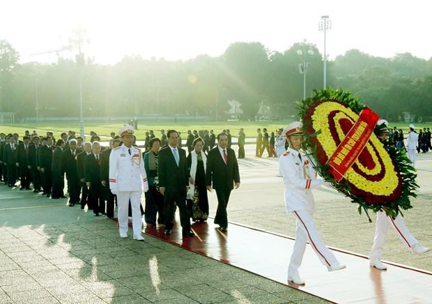出席越南第9次全国爱国竞赛大会的代表入陵瞻仰胡志明主席遗容 hinh anh 1