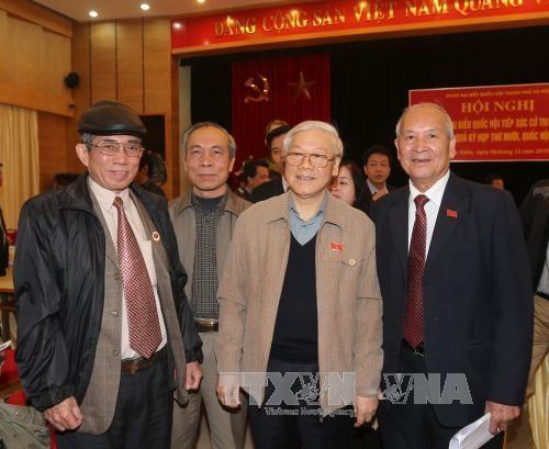 越共中央总书记与河内市选民接触 hinh anh 1