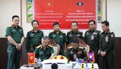 越南向老挝提供军事地形业务培训计划和设备 hinh anh 1