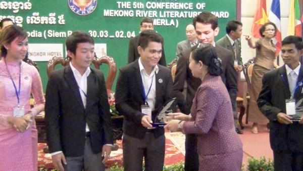 越南两位作家荣获第六届湄公河文学奖颁奖 hinh anh 1