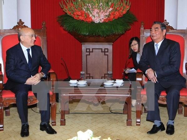 越共中央书记处常务书记黎鸿英会见新阿塞拜疆党代表团 hinh anh 1