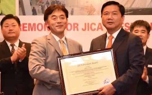 日本国际协力机构向越南交通运输部部长颁奖 hinh anh 1