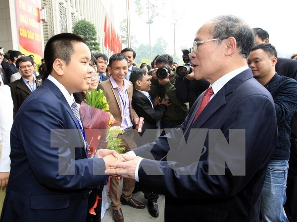 越南国会主席阮生雄会见2015年第二次越南青年人才大会代表 hinh anh 1