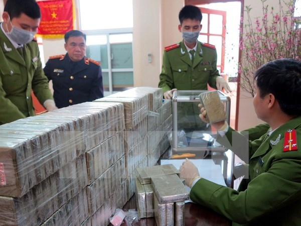 越南奠边省同老挝安全指挥部逮捕涉嫌非法贩卖毒品的5名老挝嫌疑人 hinh anh 1