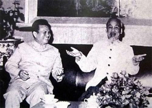 面向纪念老挝人民革命党前主席凯山·丰威汉诞辰95周年:越南人民最亲切的大朋友 hinh anh 1