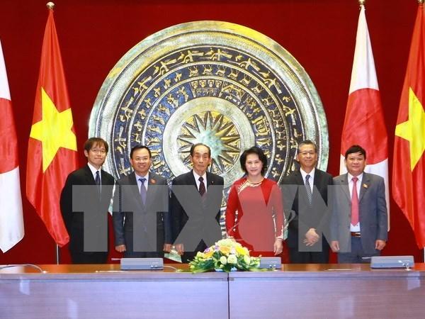 越南国会副主席阮氏金银与日本参议院副议长舆石东举行会谈 hinh anh 1