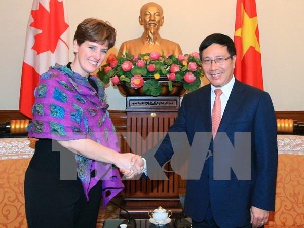 越南政府副总理兼外交部长范平明会见加拿大国际发展及法语部部长 hinh anh 1