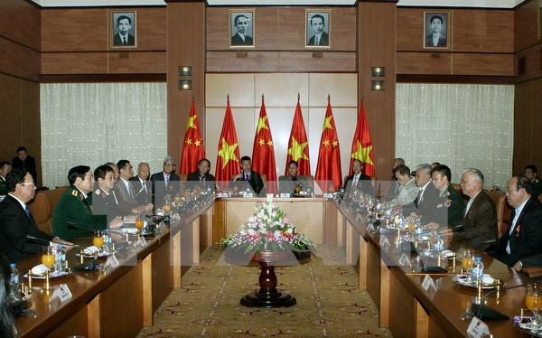 越南国防部长冯光青大将会见中国援越老战士代表团 hinh anh 1