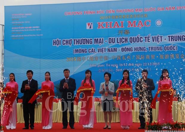 2015越中(芒街-东兴)商贸旅游博览会正式开展 hinh anh 1