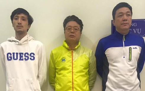 河内市公安以信用卡诈骗罪逮捕3名韩国籍嫌犯人 hinh anh 1