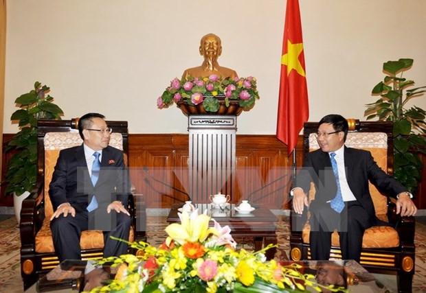越南政府副总理兼外交部长范平明会见朝鲜新任驻越大使 hinh anh 1