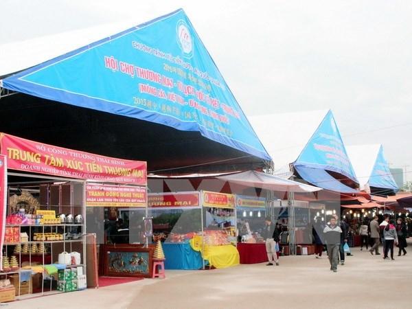 2015越中(芒街-东兴)商贸旅游博览会:越中企业签订合同逾2350万美元 hinh anh 1