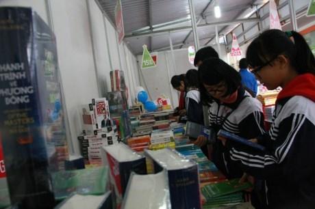 圣诞图书节——河内2015年圣诞节具有意义的文化活动 hinh anh 1