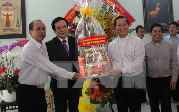 圣诞节即将来临 越南祖国阵线中央委员会看望慰问平阳省基督教教职人员和信教群众 hinh anh 1