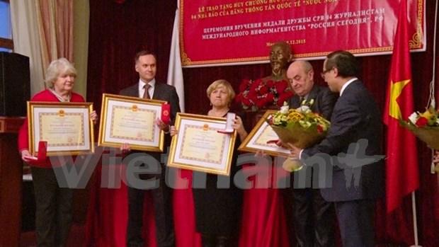 俄罗斯四名记者荣获越南国家主席友谊勋章 hinh anh 1