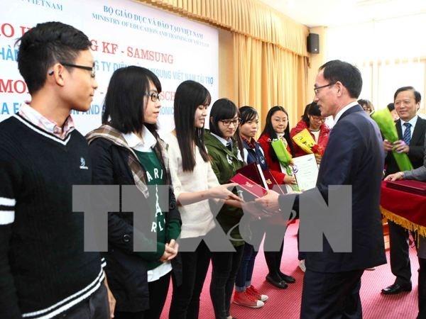 300多名越南优秀贫困学生荣获KF-Samsung助学金 hinh anh 1