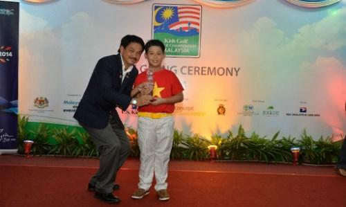 世界儿童高尔夫锦标赛:越南选手邓光英夺得10岁组冠军 hinh anh 1