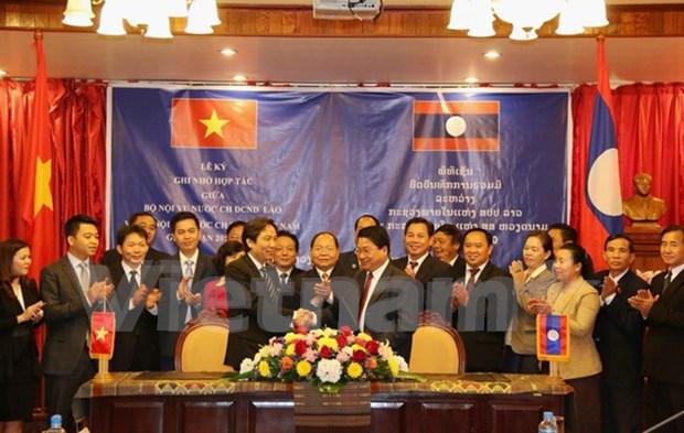 越南与老挝加强人力资源培训合作 hinh anh 1