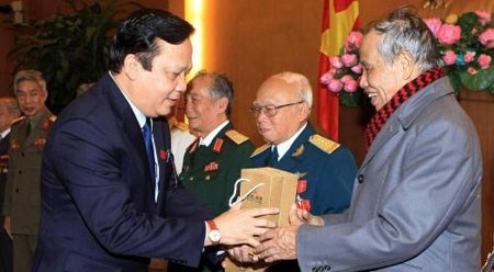 越南国会副主席黄玉山会见首都团老战士 hinh anh 1