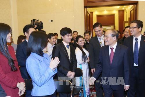 国会主席阮生雄会见越南驻华大使馆工作人员、留学生和旅华越侨 hinh anh 1