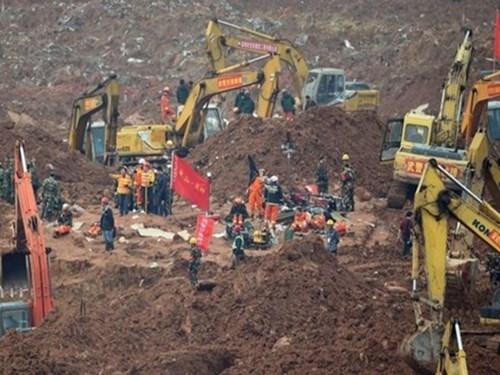 中国深圳滑坡事故现场首名幸存者成功救出 hinh anh 1