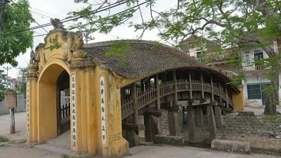 越南南城美丽的瓦顶木桥 hinh anh 1