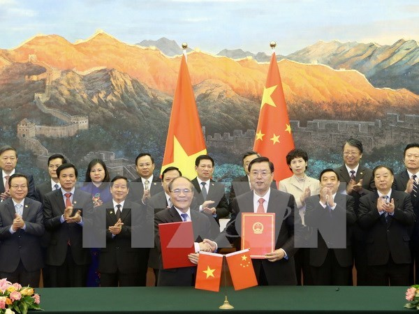 阮生雄主席与中国全国人大常委会委员长张德江签署合作协议 hinh anh 1