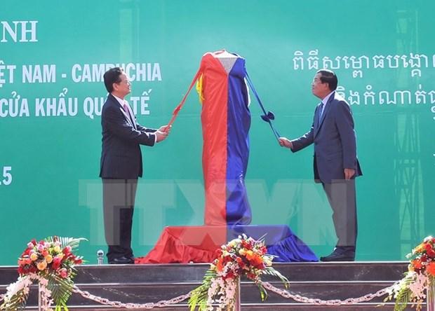 越南总理和柬埔寨首相出席越柬陆地边界界碑落成典礼 hinh anh 1