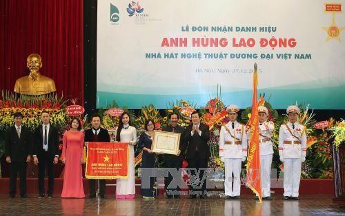 张晋创主席向越南当代艺术剧院授予劳动英雄称号 hinh anh 1
