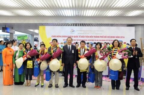 河内市和胡志明市迎来2016年首批国际游客 hinh anh 1